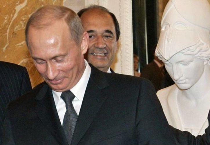 El presidente ruso Vladimir Putin rechazó las insinuaciones de que hurtó al dueño de los Patriots de Nueva Inglaterra un anillo del Super Bowl que está en exhibición en el Kremlin. (Agencias)