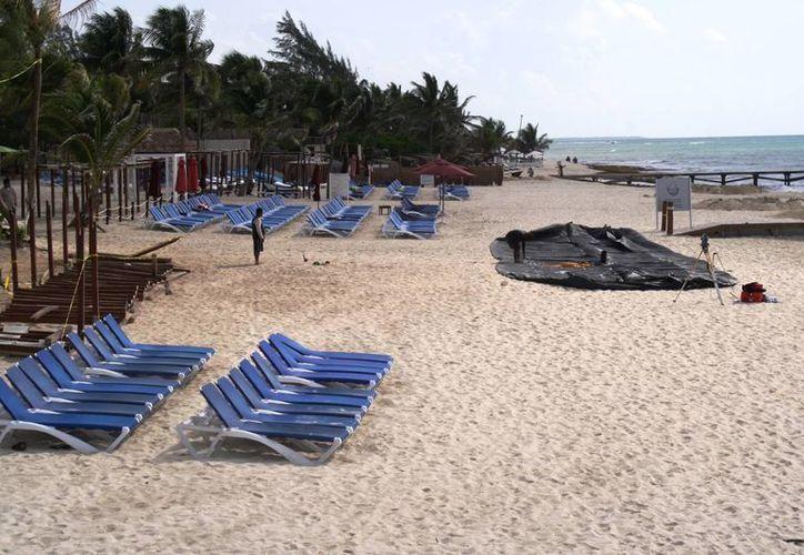 En la playa del hotel Azul Fives se comenzó a instalar un geotubo sin autorización de la Semarnat. (Octavio Martínez/SIPSE)