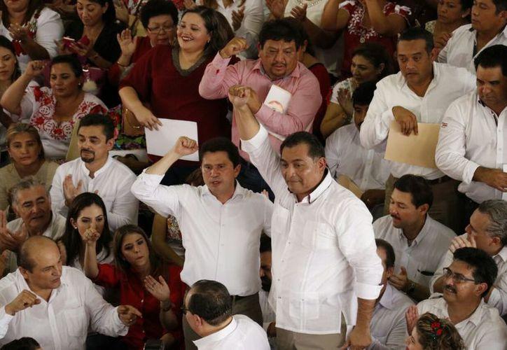 La dupla del PRI, quien competirá por la gubernatura (Mauricio Sahuí) y por la alcaldía (Víctor Caballero). (Fotos: José Acosta/SIPSE)