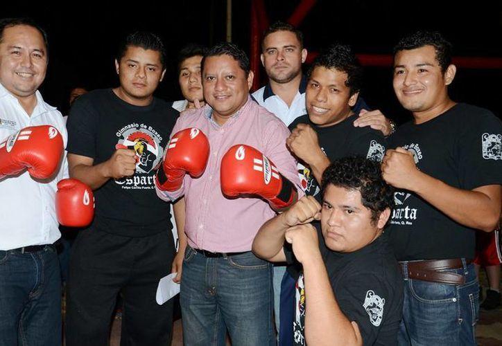 Entregan material deportivo a los atletas de Felipe Carrillo Puerto. (Redacción/SIPSE)