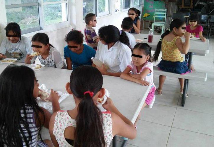Los niños disfrutan del comedor escolar después de que  los directores de ambos turnos terminaran con los desacuerdos.(Javier Ortiz/SIPSE)