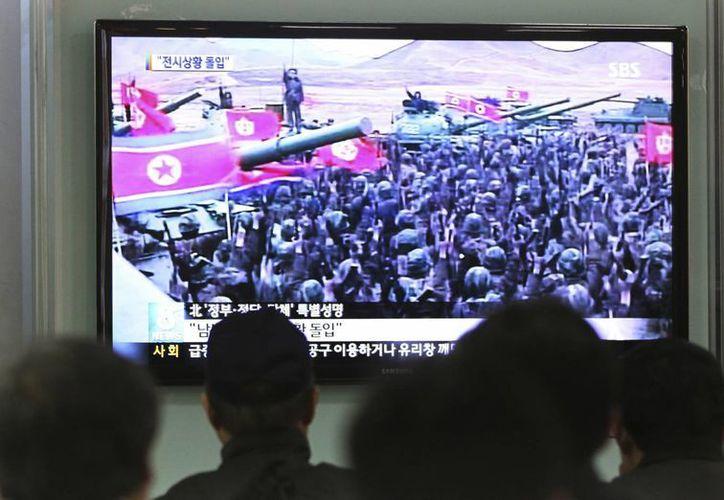 Televidentes observan un despliegue de soldados de Corea del Norte en Seúl. (Agencias)