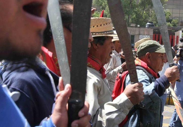 Integrantes de la CNTE durante la marcha del Monumento a la Revolución al Palacio de Justicia Federal. (Notimex)