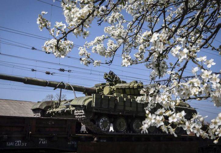 Llegada de tanques T-72 del ejército ruso a la estación de ferrocarril de Gvardeyskoe cerca de Simferópol, Crimea, Ucrania. (Archivo/EFE)