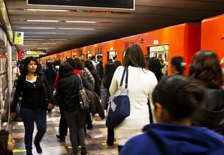 """Según las autoridades del Metro, la gran mayoría de los pasajeros está en contra de la presencia de ambulantes y """"vagoneros"""". (Archivo/Notimex)"""