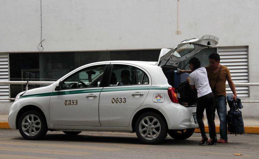 """Los taxistas deben limitarse a lo establecido en su concesión, hacer servicios de """"ruleteo"""". (Redacción)"""