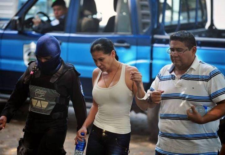 La lideresa del grupo criminal, Juana Raquel Alvarado Torres y/o Raquel Alatorre Correa, al momento de su detención se identificó con un pasaporte falso. (Archivo/AP)