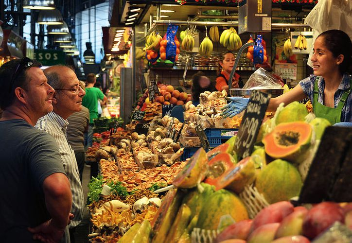 La canasta alimentaria, que incluye productos como quesos, leche, pescado, carne y diversos alimentos, puede cubrirse con un ingreso por persona de mil 400.27 pesos al mes. (Contexto/Internet)