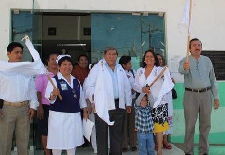 Autoridades municipales y del hospital integral dieron el banderazo de la jornada permanente de mastografía. (Redacción/SIPSE)