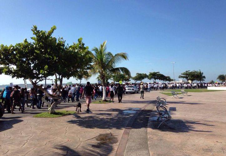 La marcha inició en el bulevar Bahía y finalizará en el Palacio Municipal. (Redacción/SIPSE)