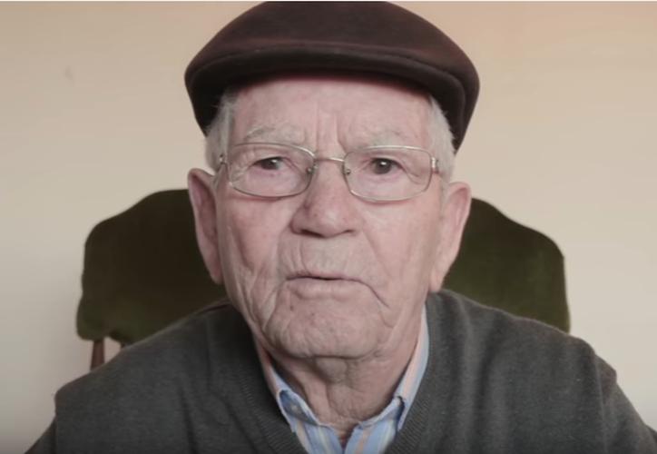 Un anciano español motiva a jóvenes a viajar por el mundo. (Captura Youtube).