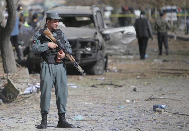 Oficiales de seguridad afganos inspeccionan el lugar donde se produjo un atentado en Kabul, Afganistán. (Archivo/EFE)