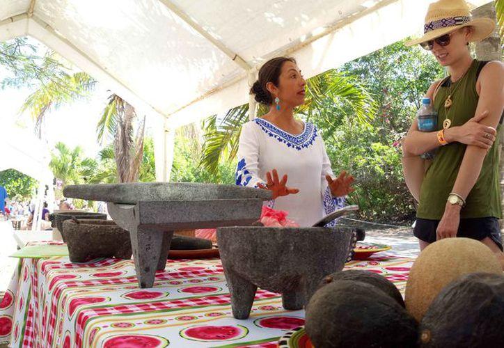 Lily Espinosa Rivera explicó a los visitantes sobre la cocina mexicana. (Sara Cauich/SIPSE)