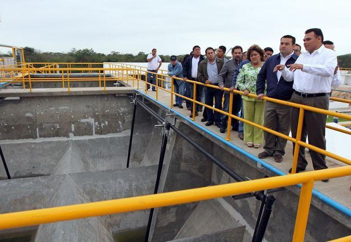 El gobernador Rolando Zapata y el alcalde Renán Barrera observan los avances en la construcción de la obra. (Cortesía)