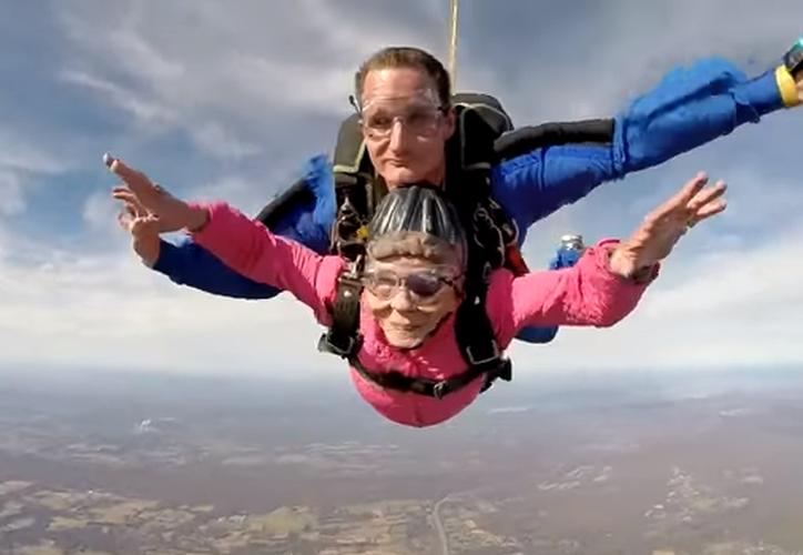 Una mujer de Pensilvania celebró su cumpleaños 94 lanzándose en paracaídas. (Captura YouTube).