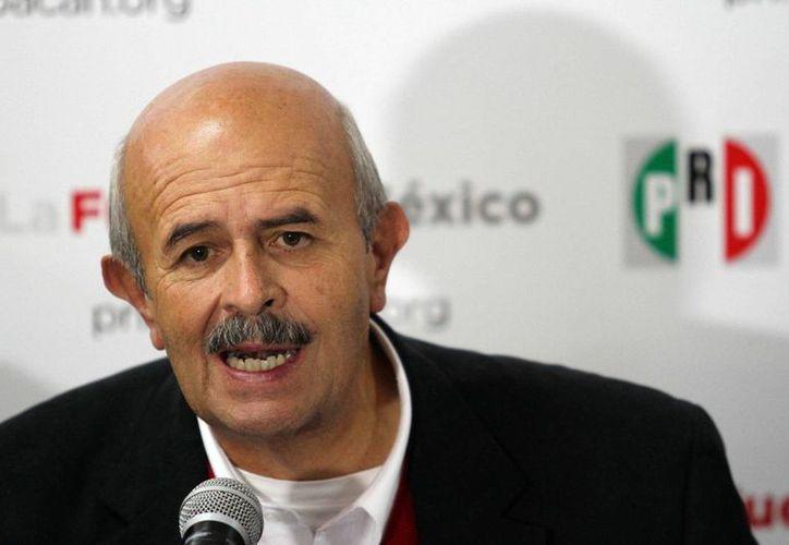 Fausto Vallejo lució pálido, pero sonriente en el evento de la Cruz Roja. (Notimex/Archivo)