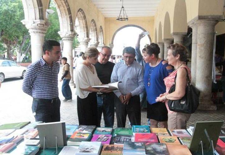 La feria concluye el domingo 25 de agosto. En la imagen, funcionarios municipales recorren las mesas de venta. (SIPSE)