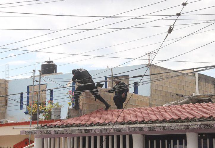 Los policías se subieron a los techos de las casas. (Redacción/SIPSE)