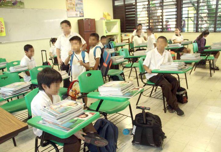 Según la Segey. el ausentismo en las escuelas por casos de chikungunya no es una cifra alarmante. Imagen de un salón de clases en Mérida. (Milenio Novedades)