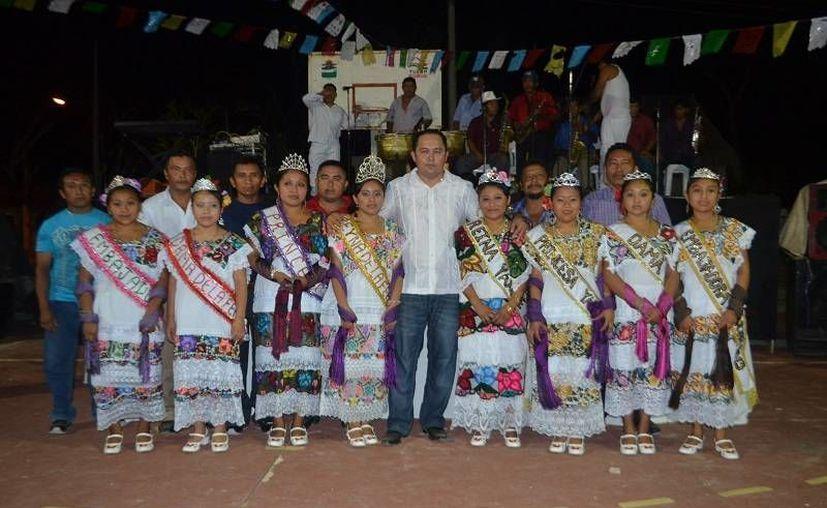 El presidente municipal coronó a la reina de la feria. (Cortesía/SIPSE)