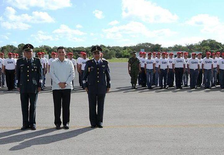 Las autoridades y el grupo de jóvenes que inició su servicio militar. (Cortesía/SIPSE)