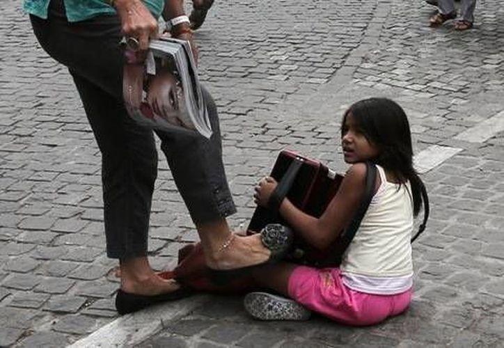 Imagen de la agresión a la niña, tomada por el fotógrafo de The Associated Press, Dimitris Messinis.