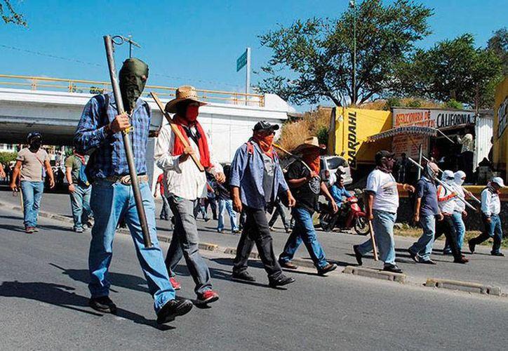 El desalojo de maestros de la Ceteg en el bulevar Las Naciones de Acapulco dejó saldo de un profesor muerto. La imagen es de archivo. (excelsior.com.mx)