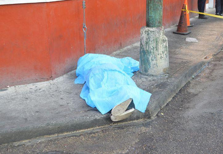 El cuerpo apareció en la calle 66 por 69 del centro de Mérida. (Carlos Navarrete/ SIPSE)