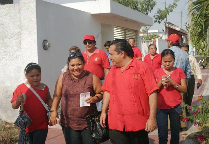 Marco Antonio May Molina, candidato del PT, realizó caminatas en la colonia Solidaridad. (Harold Alcocer/SIPSE)