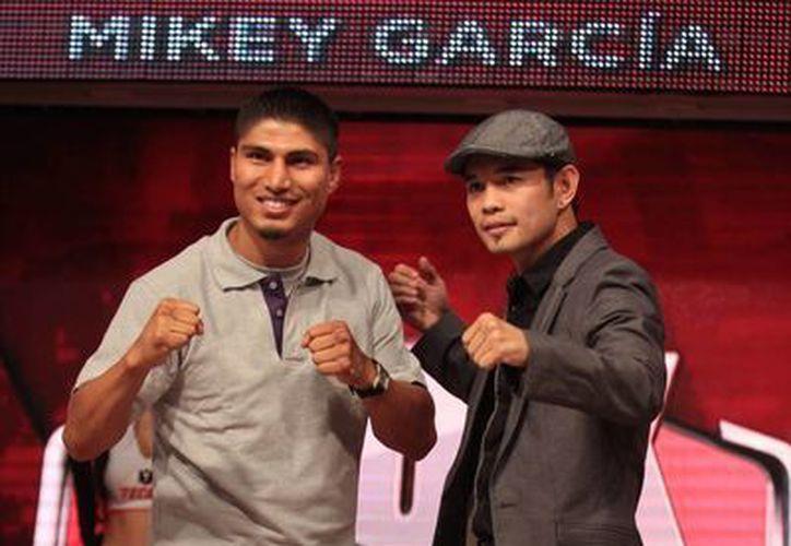 Mike García y Nonito Donaire en un foro de boxeo en TV Azteca. (Notimex)