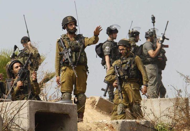 Varios soldados israelíes toman posiciones durante los enfrentamientos registrados con palestinos en la ciudad cisjordana de Tulkarem. (EFE)