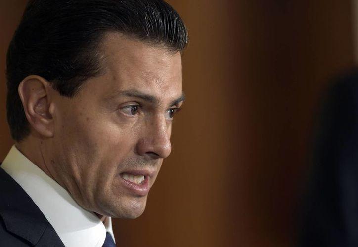 Peña Nieto enfrenta acusaciones de plagio en su tesis en momentos en que su popularidad se ha desplomado a poco menos del 20%. (AP/Susan Walsh)