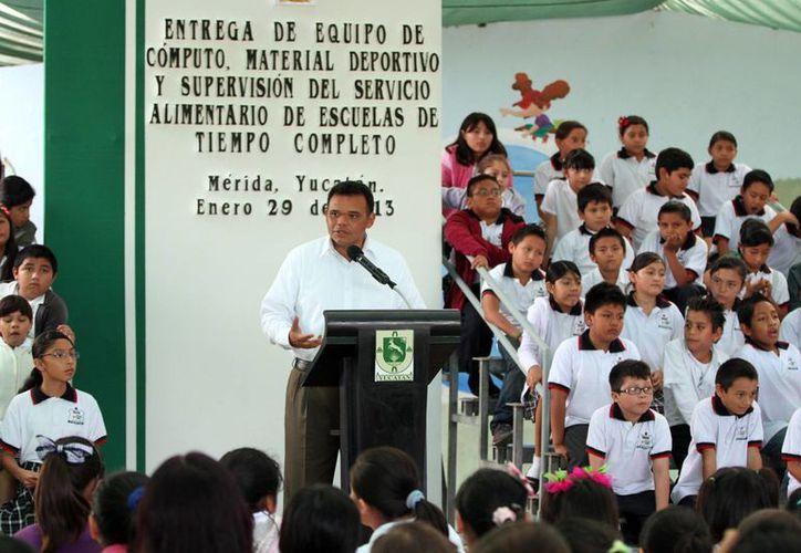 El gobernador Rolando Zapata encabezó ayer una supervisión en escuelas de tiempo completo. (SIPSE)