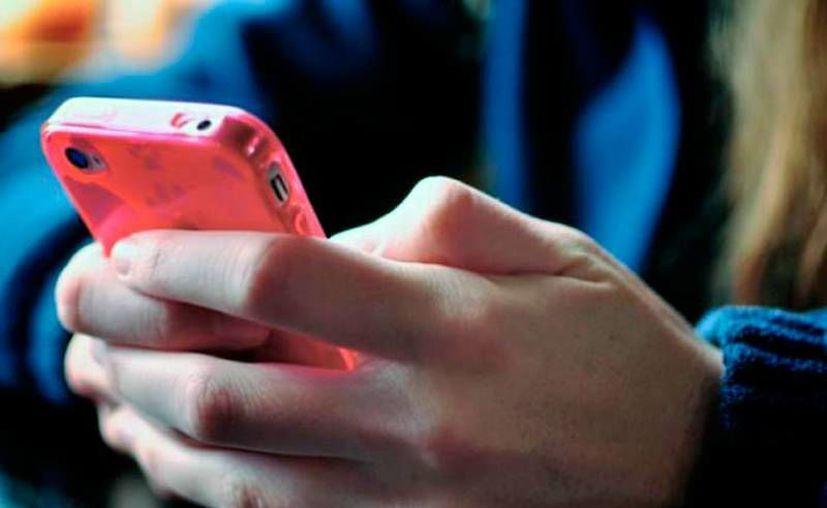 El celular es uno de los aparatos que puede consumir más energía en el hogar, pero esto puede evitarse si se desconecta el cargador cuando se termina el aparato se termina de cargar. (Archivo/SIPSE)