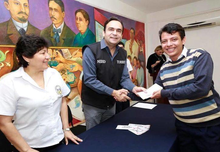 Nerio Torres al momento de entregar la Tarjeta del Bienestar Social a un estudiante. Se destacó las ventajas económicas de usar la mica. (Milenio Novedades)