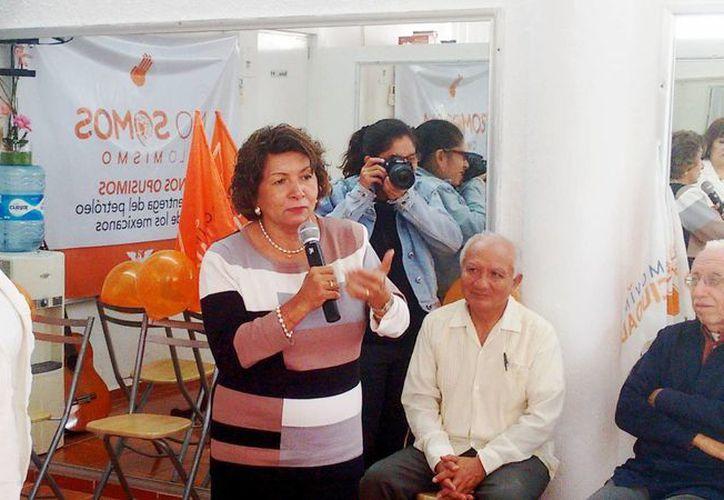 Ana Rosa Payán Cervera tomó nota junto con su equipo ciudadano de las necesidades de los pobladores para sumarlas a su proyecto de trabajo. (Milenio Novedades)