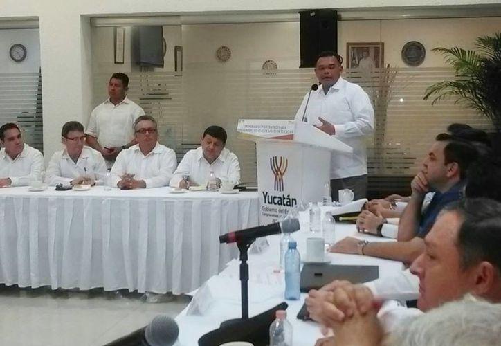 El gobernador Rolando Zapata Bello durante su mensaje en la sesión extraordinaria del Consejo Estatal de Salud, donde invitó a los funcionarios a redoblar esfuerzos en sus áreas de trabajo. (José Acosta/SIPSE)