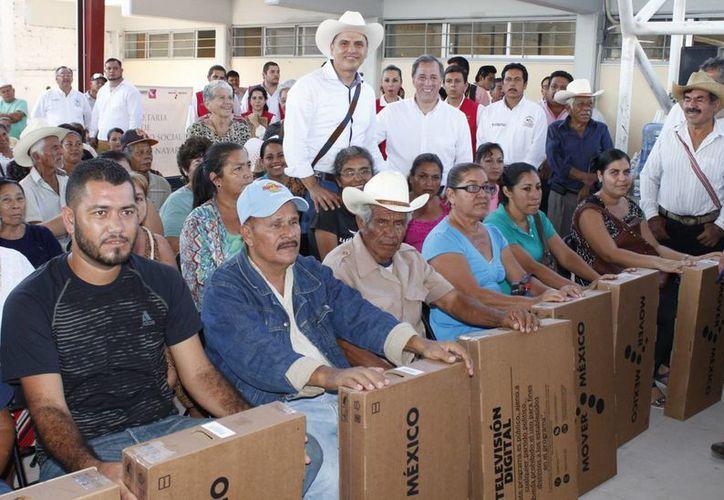 José Antonio Meade encabezó la entrega de miles de televisores digitales en el municipio de Tecuala, Nayarit. (Notimex)