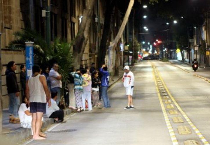 l sismo literalmente levantó de sus camas a los capitalinos que salieron a las calles con el pánico a cuestas. (Agencia Reforma)