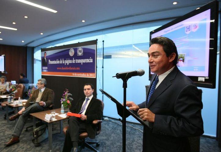 El senador Daniel Avila durante la presentación de su sitio web. (Cortesía)