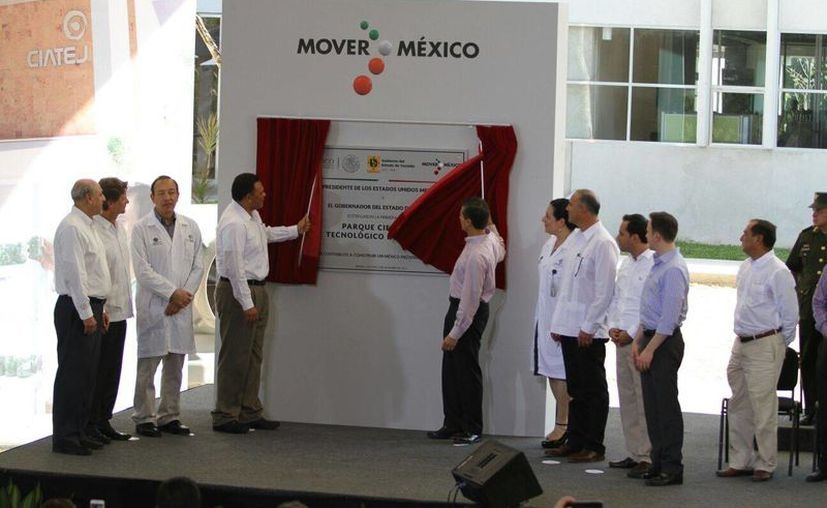 Momento de la develación de la placa inaugural del Parque Científico Tecnológico de Yucatán, por el presidente Enrique Peña Nieto (d) y el gobernador de Yucatán, Rolando Zapata Bello. (César González/SIPSE)