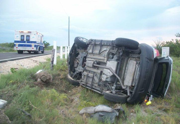 Jóvenes que jugaban Pokémon Go resultaron heridos, luego de que el conductor perdiera el control del vehículo, en la carretera Santa Clara-Chabihau, en Yucatán. (SIPSE)