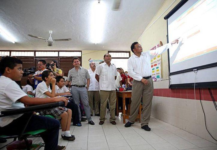 El Gobernador entregó 12 salones digitales a la primaria 'Pablo Moreno y Triay' de Chenkú, y mobiliario para cinco planteles de educación básica del estado. (Cortesía)