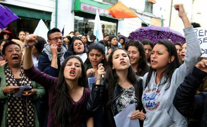 El pasado mes de mayo, un grupo de mujeres se manifestó contra la violencia de género en el centro de Bogotá, Colombia. (Archivo/EFE en El País)