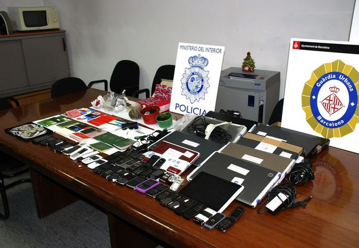 Material intervenido en la operación llevada a cabo por la Policía Nacional de España en colaboración con la Guardia Urbana de Barcelona. (EFE)