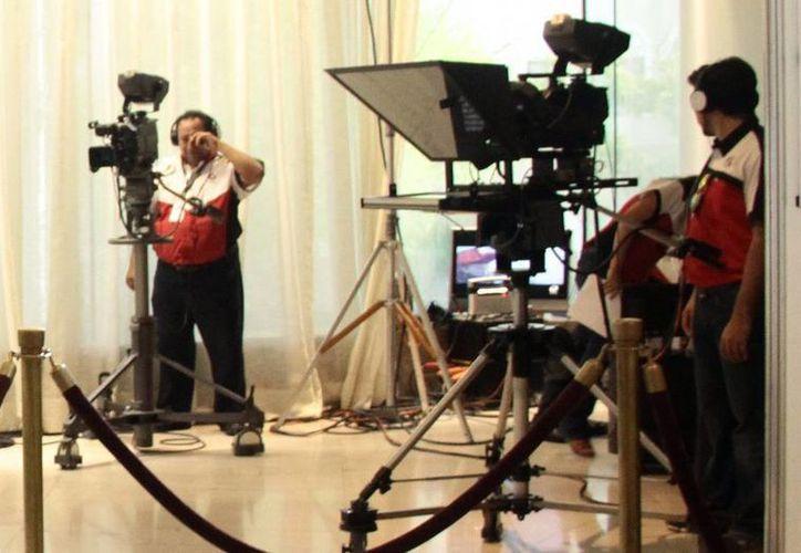 En Yucatán, no hay fecha para el apagón de la televisión análoga, pues la Subsecretaría de Comunicaciones debe notificar que el 90 % de la sociedad cuenta con televisión digital para que se anuncie. Imagen de dos camarógrafos de Grupo SIPSE. (Milenio Novedades)