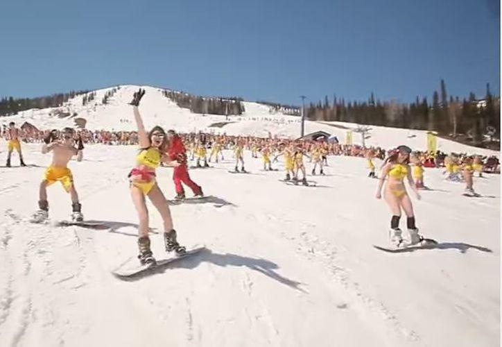 Un total de mil 498 'snowboarders' en bikini, batieron récord. (Foto: RT)