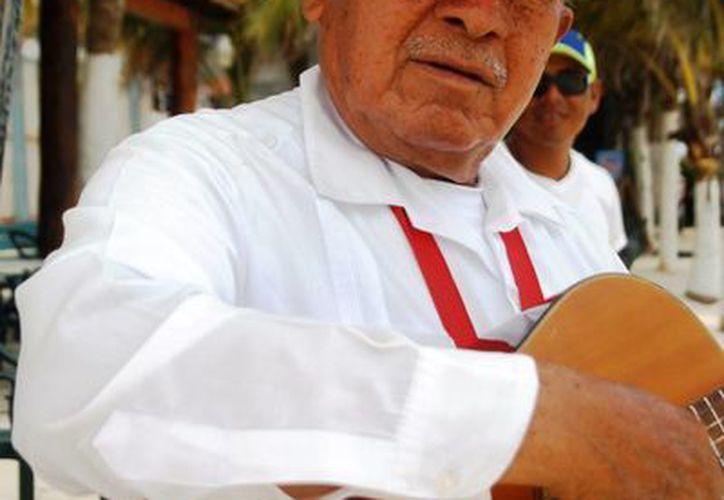 Los músicos establecidos piden que se regule a quienes operan sin permisos en Playa del Carmen. (Octavio Martínez/SIPSE)
