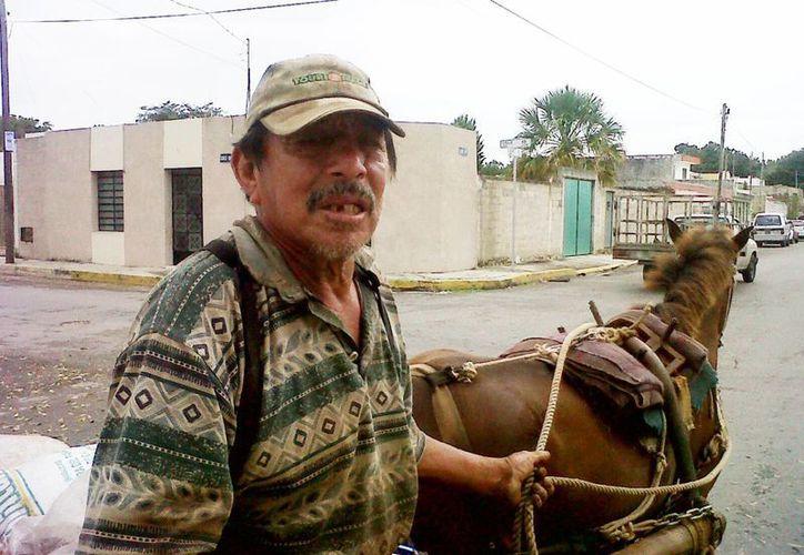 Don Isidro del Carmen Alvarado lamenta que las normas no sean parejas y que permintan a los caballos de las calesas y a los <i>tierreros</i> no. (Milenio Novedades)