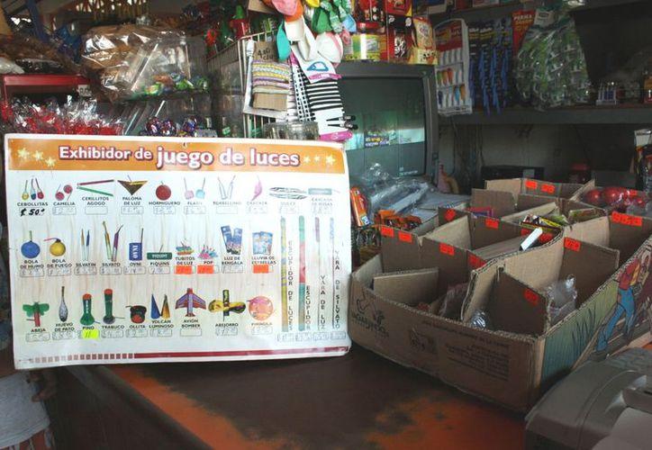 """En las tiendas se muestran los catálogos de la pirotecnia no permitida como los """"voladores"""". (Alida Martínez/SIPSE)"""